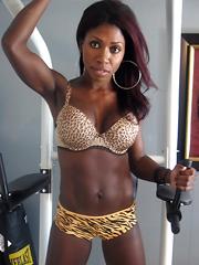 Amateur ebony women show her muscled body